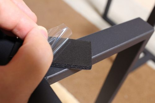 付属のスペースフィットを脚と天板の間に挟んで使用する。